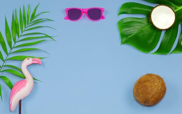 Fond d'été bleu clair fond tropical de lunettes de soleil à la noix de coco et vue flamingotop