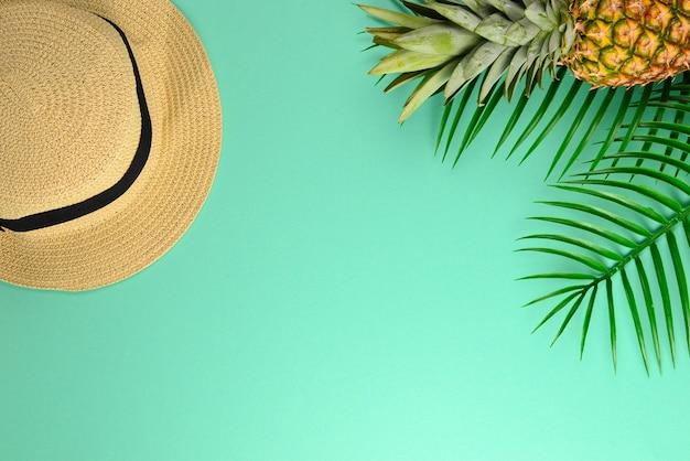 Fond d'été avec chapeau et ananas. copiez l'espace.