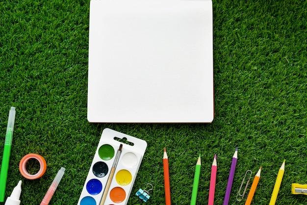 Fond d'été avec maquette et espace de copie. le concept des loisirs et des fournitures scolaires des enfants