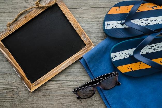 Fond d'été avec tableau noir, bascules et lunettes de soleil