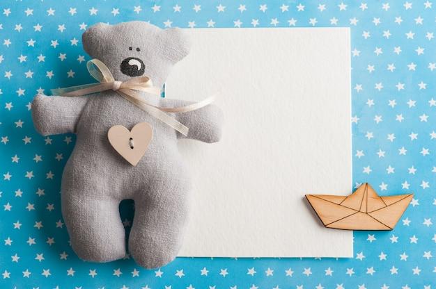 Fond d'étoiles blanches bleues avec ours en peluche