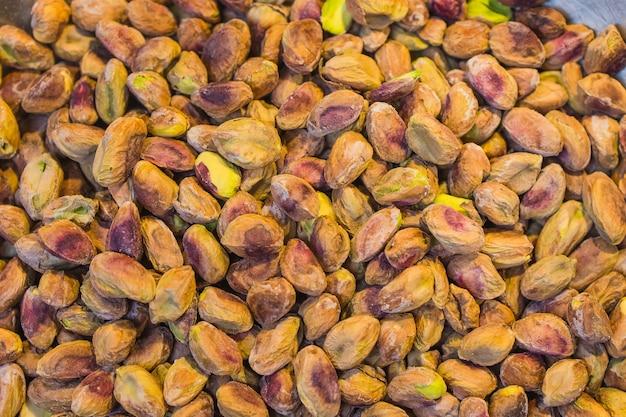 Fond fait de noix mélangées. collation et nourriture saines. pistaches salées et épicées, noix de cajou et amande. vue de dessus. noix assorties.