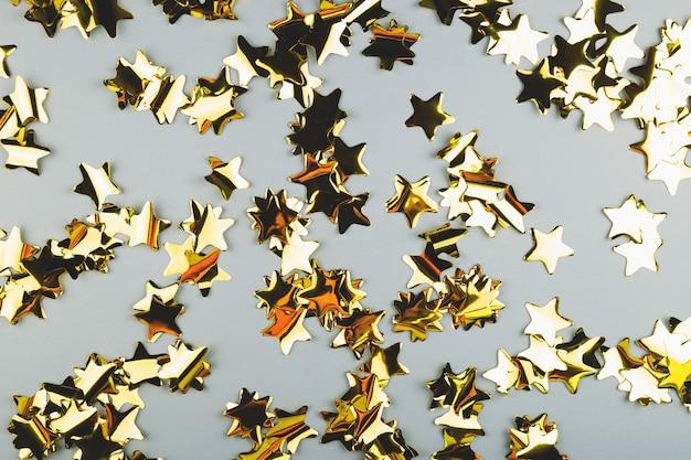 Fond festif de confettis d'étoiles d'or célébrant l'espace de copie de noël ou d'anniversaire
