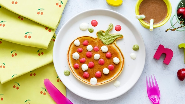 Fond de festin de petit déjeuner de crêpe d'enfants, forme de fraise d'amusement