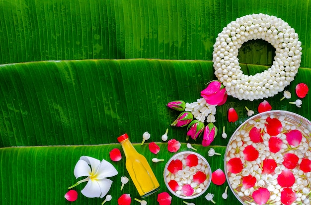 Fond de festival de songkran sur fond de feuille de bananier humide.