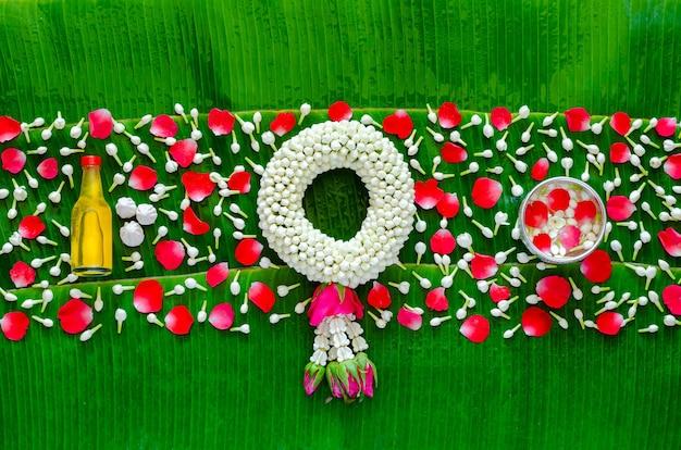 Fond de festival de songkran avec guirlande de jasmin