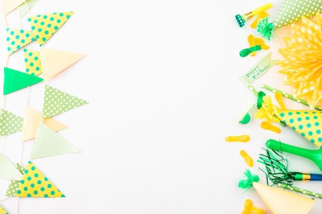Fond de fête avec accessoires d'anniversaire