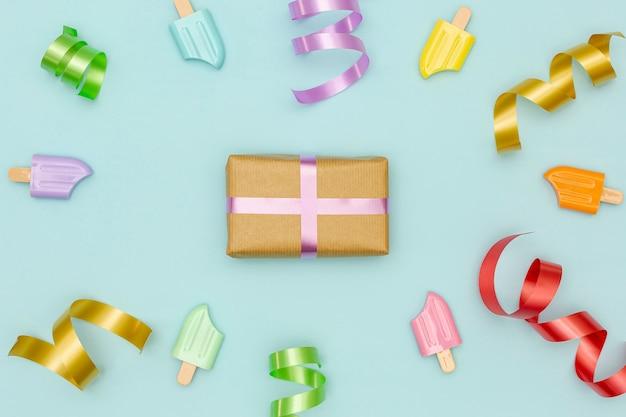 Fond de fête d'anniversaire avec des accessoires colorés