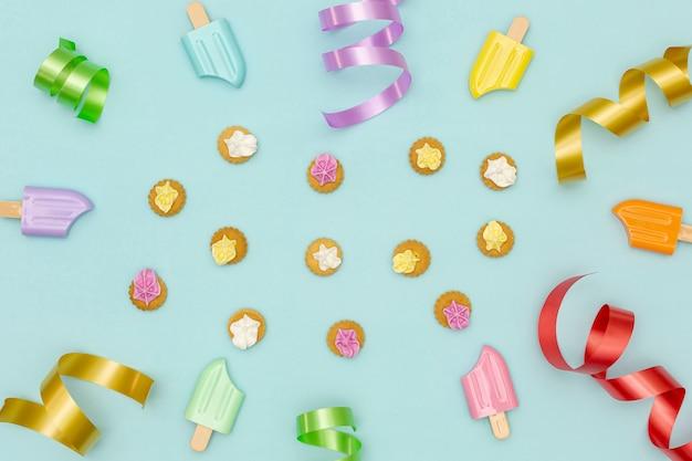 Fond de fête d'anniversaire avec des décorations colorées