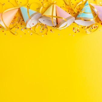 Fond de fête d'anniversaire sur jaune
