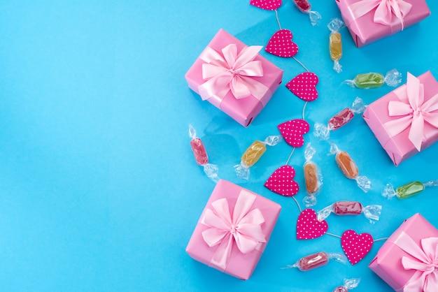 Fond fête décorative avec des coffrets cadeaux.