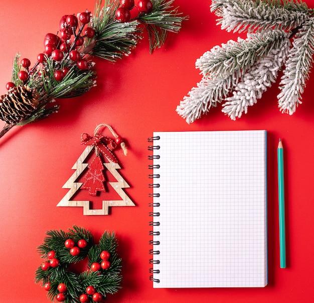 Fond de fête de noël et du nouvel an avec une feuille de bloc-notes vierge pour écrire les souhaits et les objectifs de la nouvelle année.