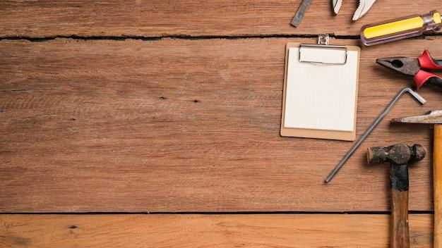 Fond de fête des pères avec espace de copie. outils de construction et de traitement posés sur une table en bois à plat, vieux outils de construction vintage.