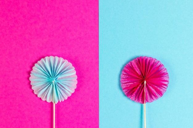 Fond de fête rose et bleu avec des accessoires de fête