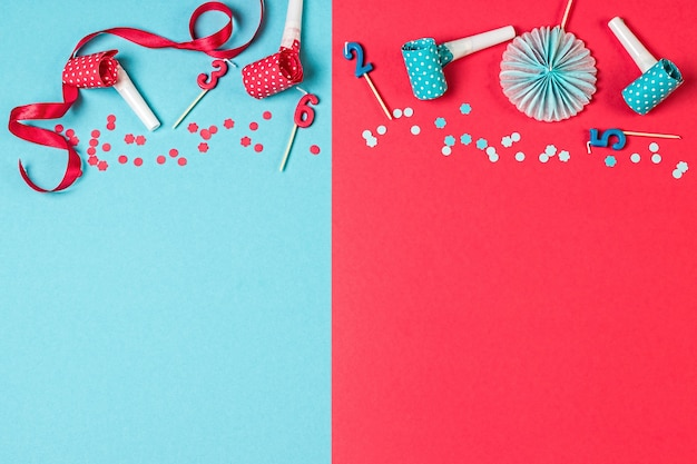 Fond de fête rose et bleu avec des confettis de bougies et autres accessoires de fête
