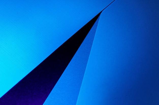 Fond de feuilles de papier carton blanc en lumière bleu foncé, espace copie