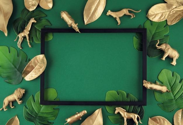 Fond avec des feuilles tropicales dorées et des animaux exotiques