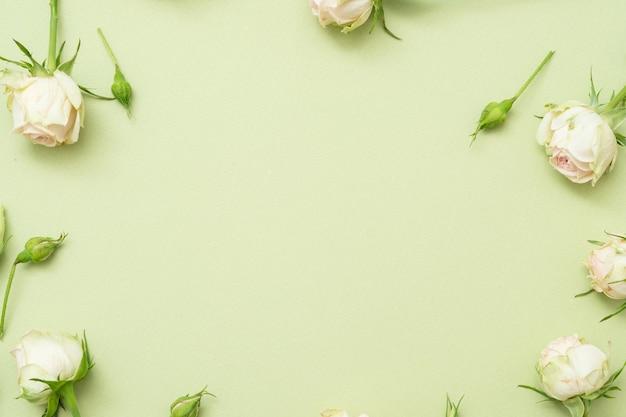 Fond de fleur de félicitation anniversaire. cadre rose blanche avec espace libre.