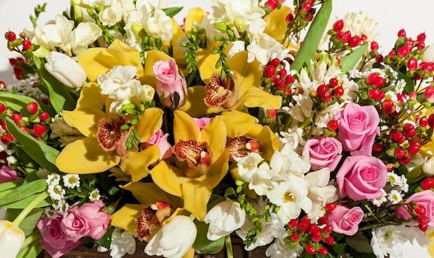 Fond de fleurs. belle composition de fleurs se bouchent sur le fond blanc.