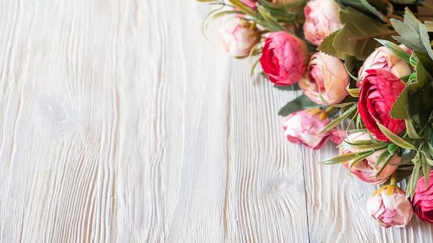 Fond de fleurs de pivoines sur planche de bois.