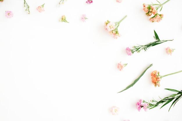 Fond floral avec un design de fleurs sauvages roses et beiges