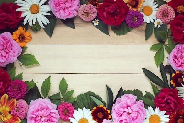 Fond floral d'été avec une place vide