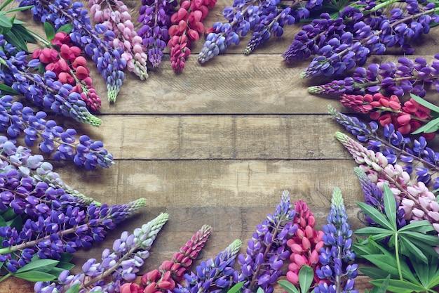 Fond floral avec des lupins.