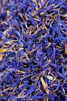 Fond floral de printemps naturel. texture de fleurs séchées bleu vif, pétales de bleuet. concept de tisane saine biologique, produits écologiques exotiques, cosmétiques parfumés, aromathérapie, médecine homéopathique