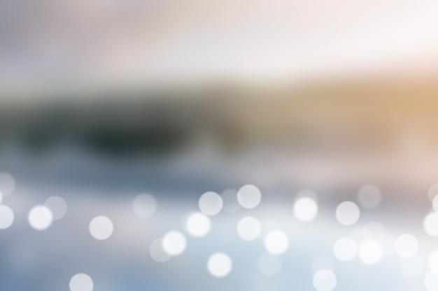 Fond flou exterieur en plein air, beau lac avec réflexion sur l'eau
