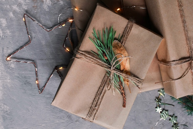 Fond et fond de vacances de noël et du nouvel an. jouets de décoration de noël sur fond gris foncé