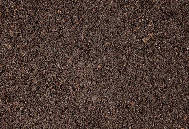 Fond avec fourche de sol sec brun sur le dessus
