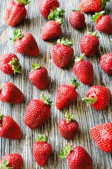 Fond de fraises mûres fraîches sur un fond en bois