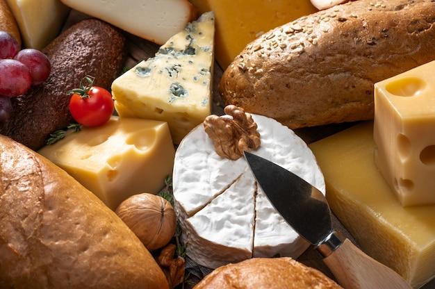 Fond de fromage et de pain. de nombreux types de pain et de fromage. plateau à fromage