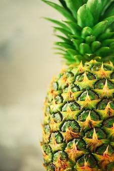 Fond de fruits d'ananas. gros plan de la texture des ananas tropicaux. été, concept de vacances. régime alimentaire cru, végétalien, végétarien et propre.