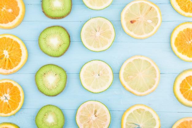 Fond de fruits. fruits frais colorés sur planche de bois bleue.