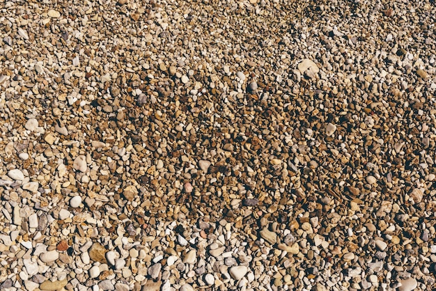 Fond des galets de la rivière sur la plage