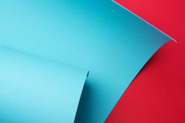 Fond géométrique abstrait papier courbe. cadre d'art, espace de copie. couleurs rouges et bleues.