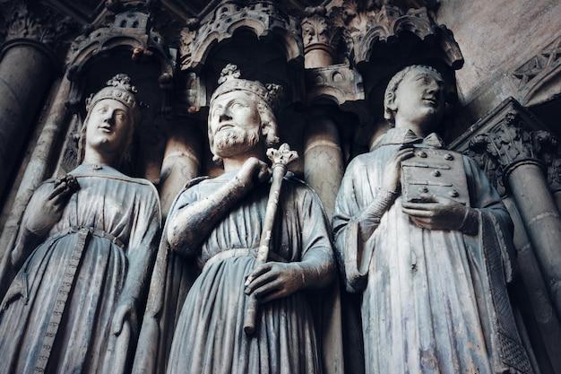 Fond gothique avec anciens rois et saints