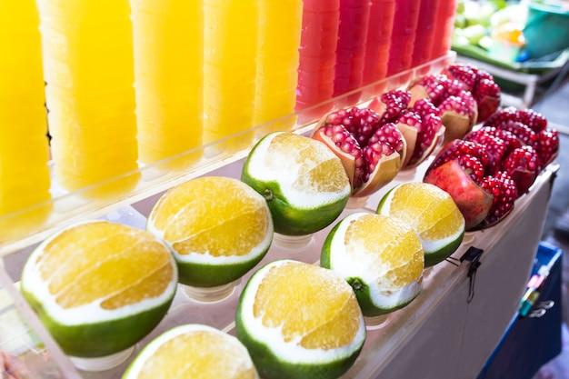Fond de grenade closeup et oranges douces, fruits en bouteille, eau potable saine