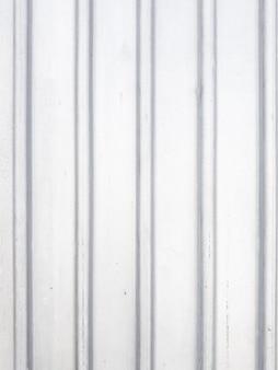 Fond gris clair.