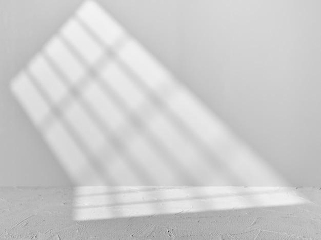 Fond gris pour la présentation du produit avec la lumière de la fenêtre