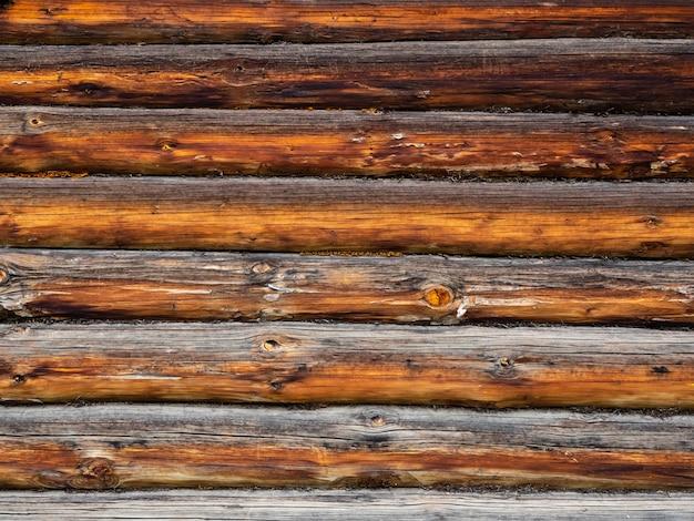 Le fond gris des vieilles poutres en bois.