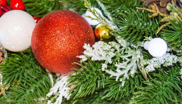 Fond de guirlande de noël festif avec des ballons, des cônes et des fils électriques.