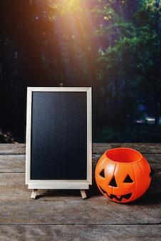 Fond d'halloween citrouille effrayante, plancher en bois de tableau noir avec lune et forêt sombre