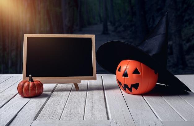 Fond d'halloween citrouille effrayante, tableau noir sur plancher de bois, forêt sombre. halloween d