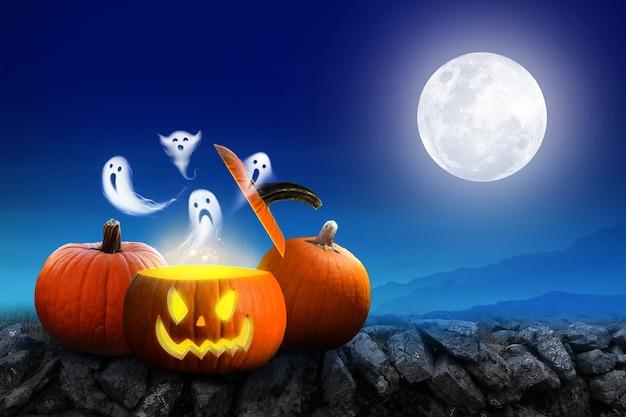 Fond d'halloween citrouilles effrayantes et forêt sombre avec fantôme avec lune behide