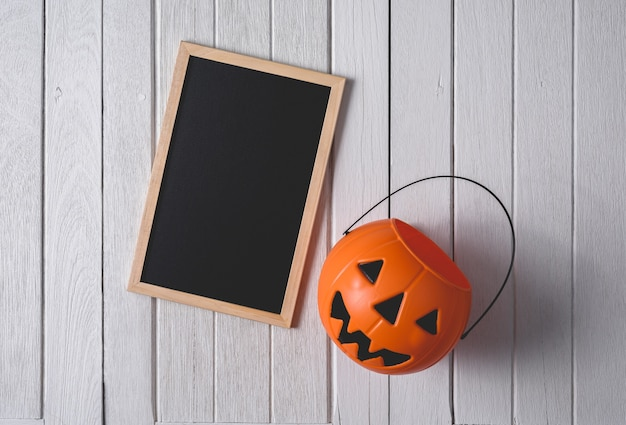 Fond d'halloween avec des citrouilles et tableau noir sur fond de plancher en bois