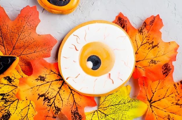 Fond d'halloween avec des cookies et des feuilles