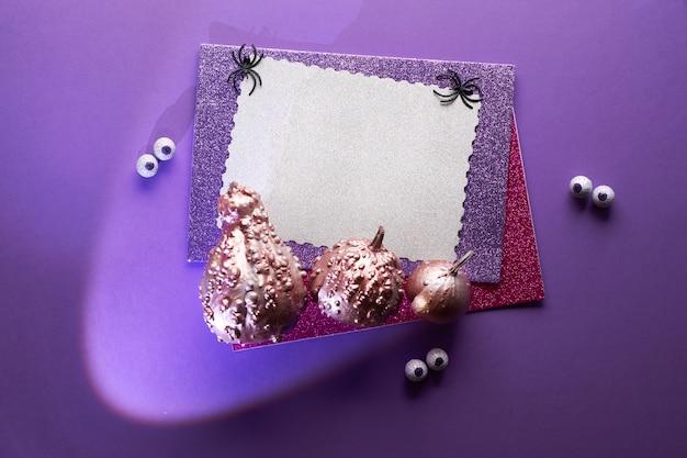 Fond d'halloween créatif dans les couleurs violet, noir, noir et blanc avec copie-espace