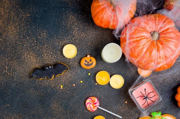 Fond d'halloween avec du pain d'épice, des citrouilles et des bougies